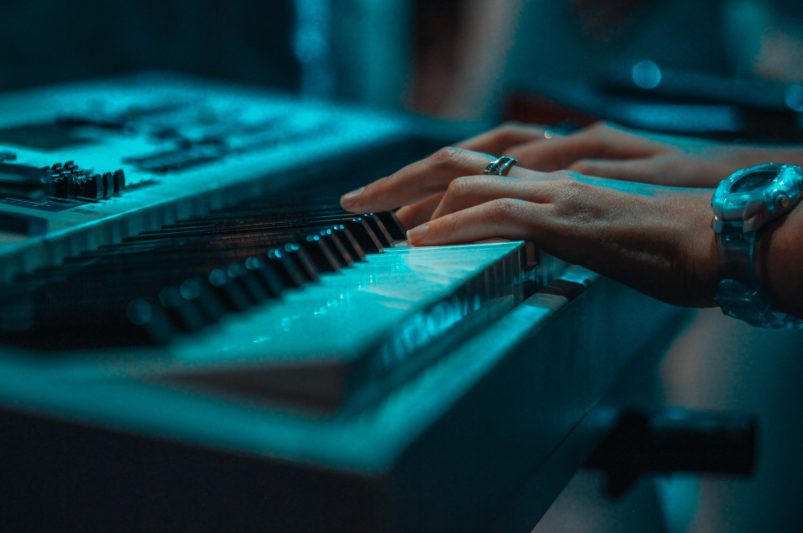 hands playing keyboard